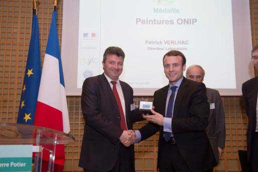 Remise médaille Prix Pierre Potier Patrick Verlhac et Emmanuel Macron
